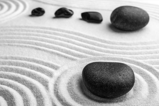 pierres-noires-sur-sable-avec-motif-zen-méditation-harmonie-164672498
